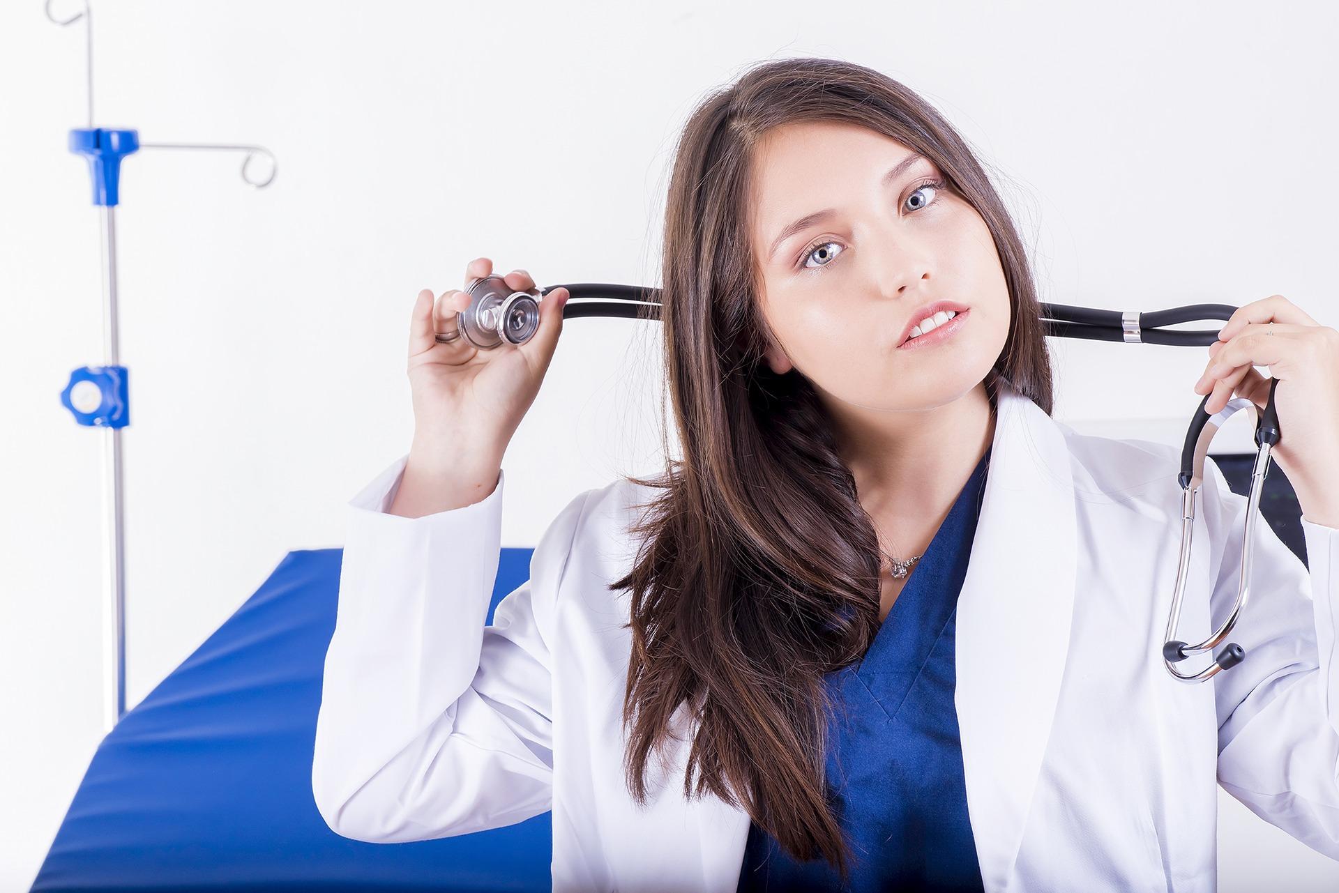 Dermatolog ze Świecia trzymający w ręku stetoskop